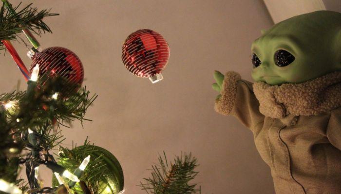 Малыша Йоду вместо звезды начали вешать на новогоднюю елку