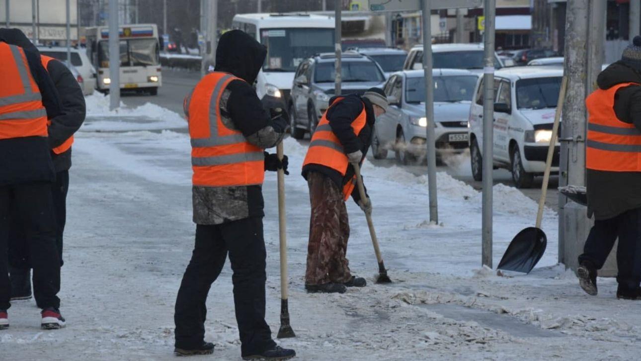 Больше сотни осужденных убирают последствия снегопада на улицах Барнаула