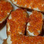 Россиянам посоветовали съесть не более трех бутербродов с икрой в Новый год