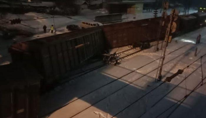Три вагона поезда сошли с рельсов в Алтайском крае