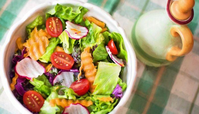 Роспотребнадзор: как нужно хранить салаты, чтобы избежать отравления