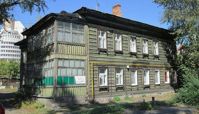 Мэрия расселит двухэтажный барак-памятник в перспективном центре Барнаула