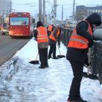 Почти 150 рабочих и более 100 машин убирают снег на дорогах Барнаула