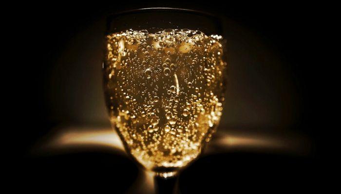 Общественники предложили запретить продажу детского шампанского в России