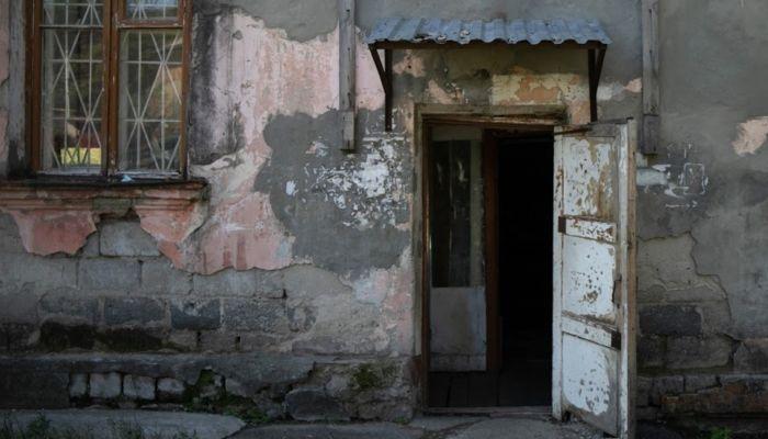 Почти две тысячи жителей Алтая переехали из аварийного жилья за два года