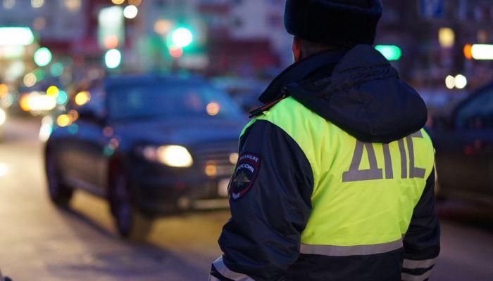 В Барнауле экипаж ДПС помог замерзающей женщине в сломанном автомобиле