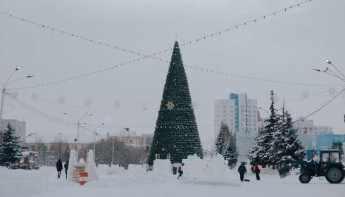 Главная елка Барнаула стала второй по высоте среди елок регионов Сибири