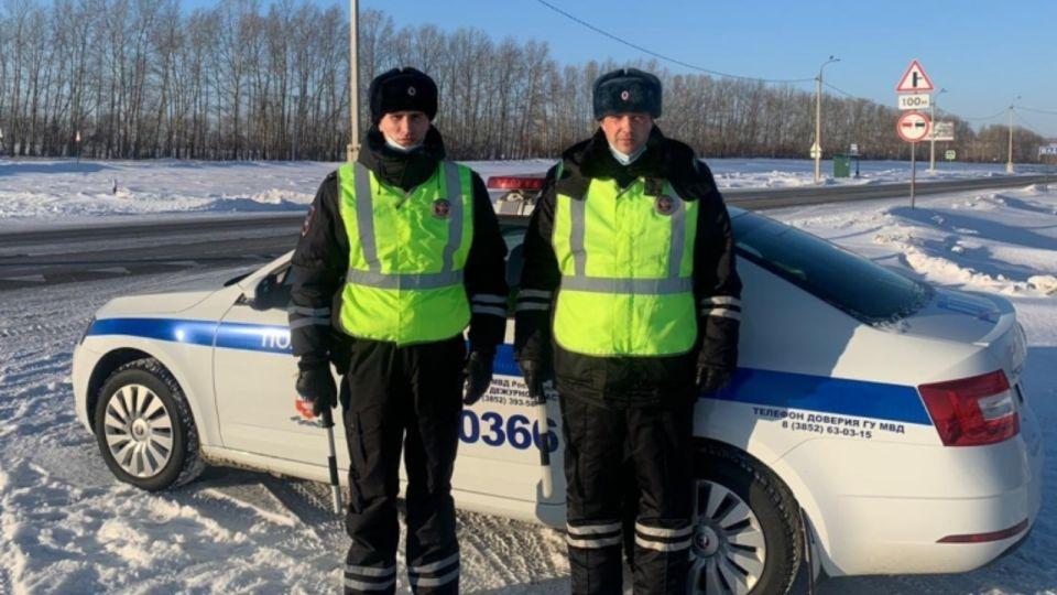 Алтайские полицейские спасли от замерзания в автомобиле троих мужчин