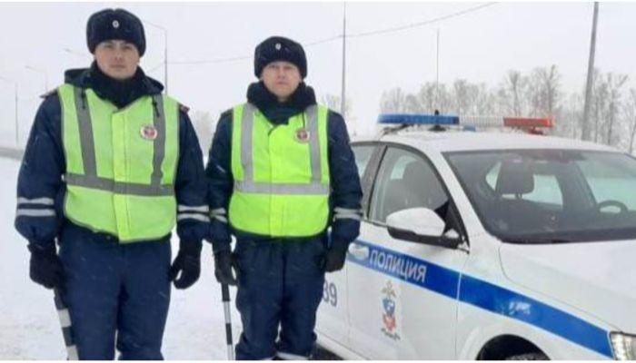 Бийские сотрудники ГИБДД спасли замерзающих пассажиров рейсового автобуса