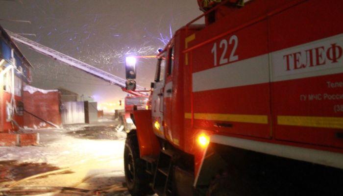 Спасатели демонтировали грозившую рухнуть часть аварийного дома в Барнауле
