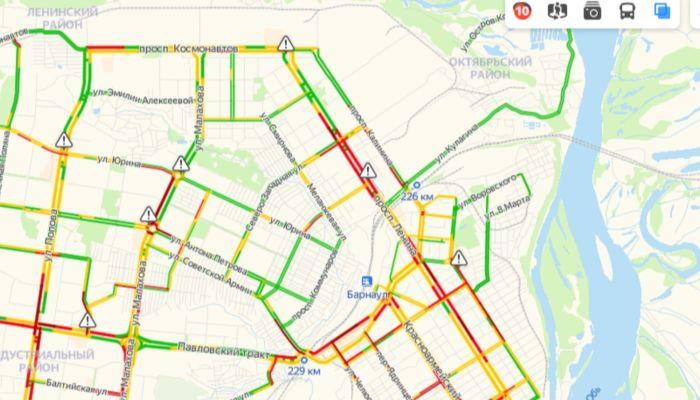 Десятибалльные пробки сковали улицы Барнаула в предновогодний день