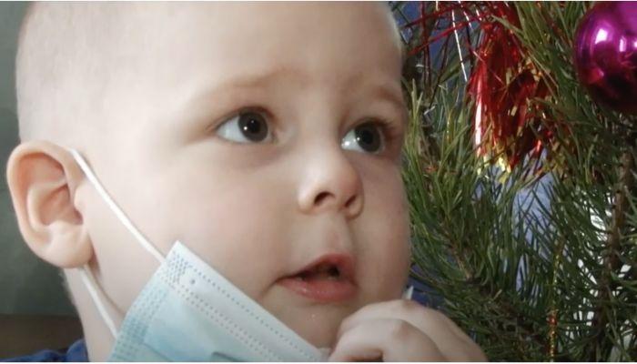 Мечта больного раком ребенка из алтайского села исполнилась на Ёлке желаний