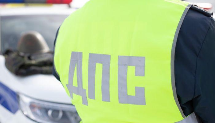 Полицейские помогли выбраться из сугроба забуксовавшему на трассе автомобилю