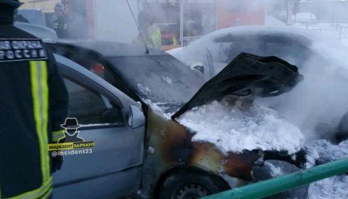 Легковой автомобиль загорелся среди многоэтажек на Власихинской