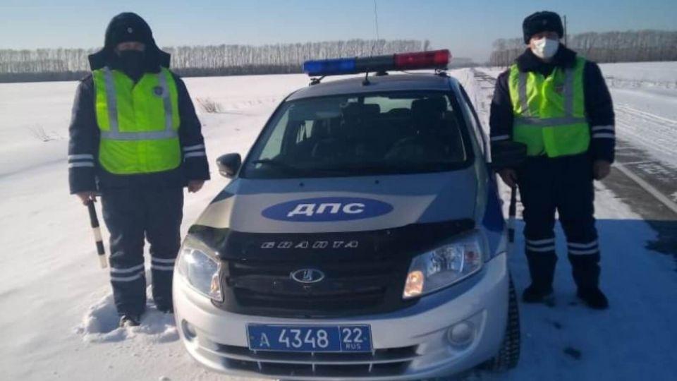 Полицейские спасли на Алтае застрявшую в кювете автомобилистку