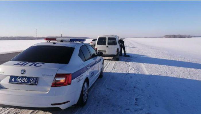 Алтайские полицейские в Сочельник спасли на трассах две семьи с детьми