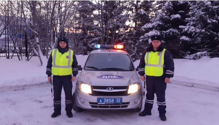 Барнаульские полицейские помогли на дороге человеку с обморожением