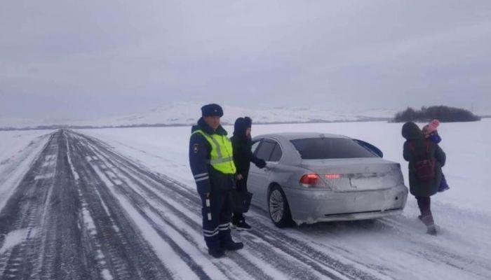 Алтайские полицейские помогли застрявшим на трассе женщинам с ребенком