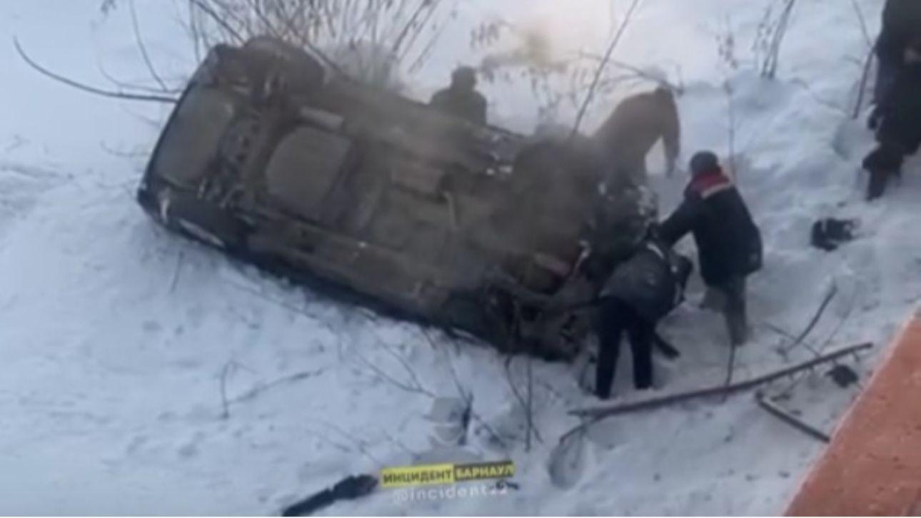 На Алтае автомобиль с маленьким ребенком рухнул с моста