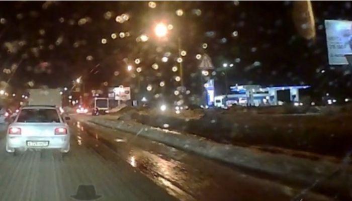 В Барнауле затопило дорогу из-за очередной коммунальной аварии