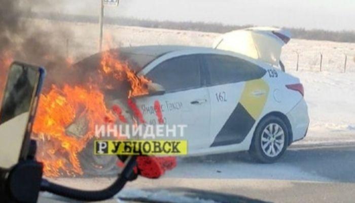 Автомобиль Яндекс.Такси загорелся на трассе в Алтайском крае