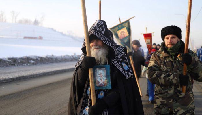 В Барнауле провели службу и крестный ход в честь Крещения. Фоторепортаж