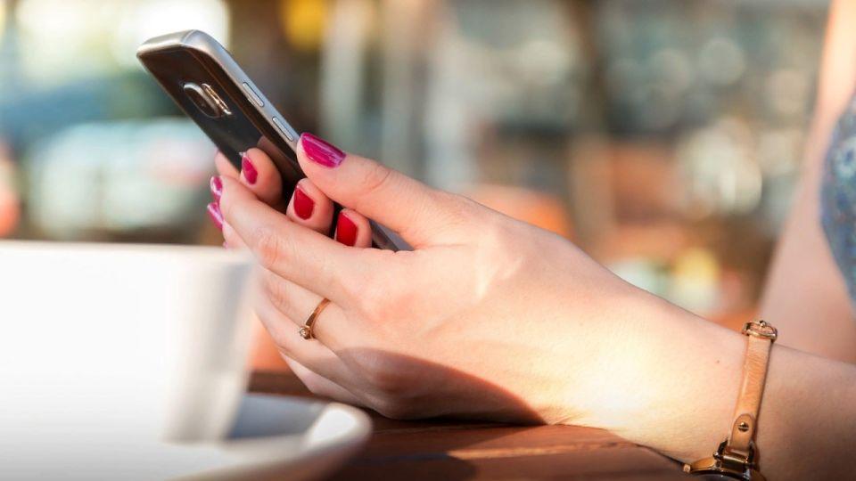 Власти РФ обязали операторов связи сделать бесплатными звонки на номер 122