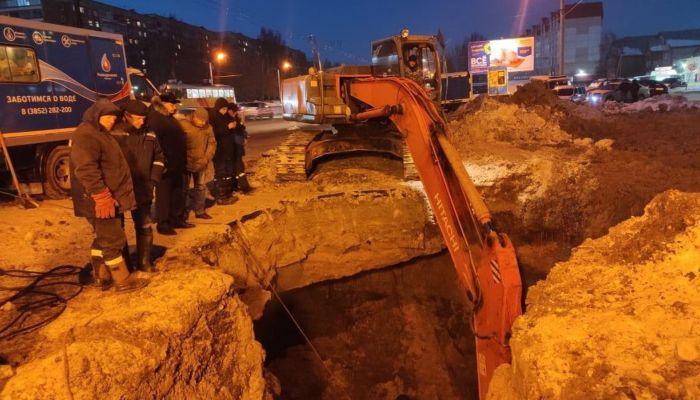 Слишком глубоко и холодно: в Барнауле не могут устранить коммунальную аварию
