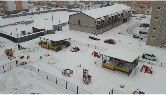 В барнаульском детсаду сносят новую детскую площадку