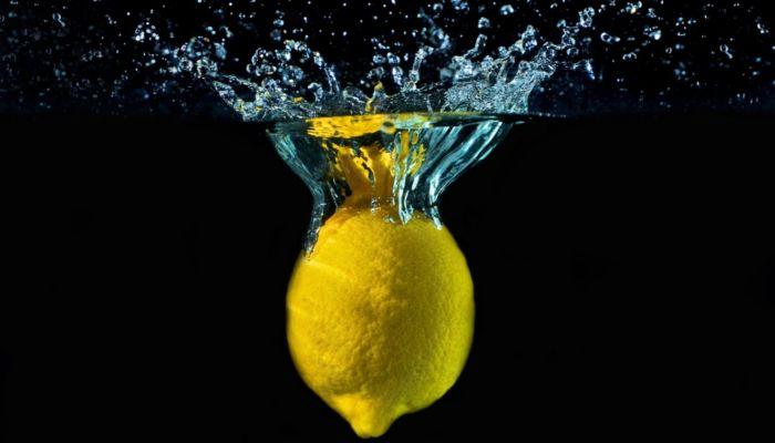 Врачи рассказали о пользе употребления воды с лимоном по утрам