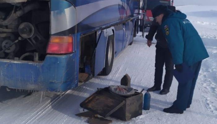 Пассажирский автобус с людьми сломался на трассе в Алтайском крае