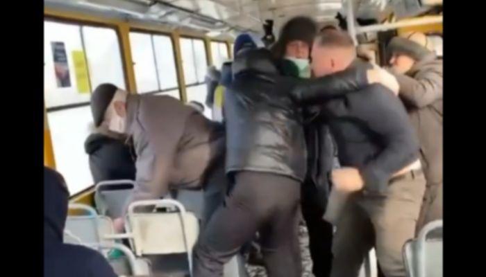 В Барнауле пассажиры трамвая подрались с антимасочником