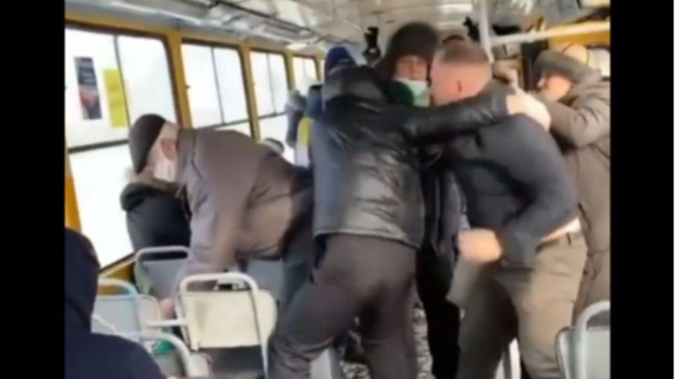 """В Барнауле пассажиры трамвая подрались с """"антимасочником"""""""