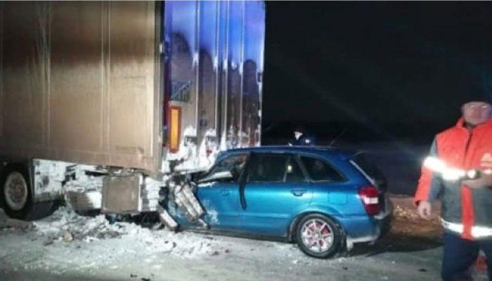 Mazda залетела под грузовик на новосибирской трассе: есть погибший