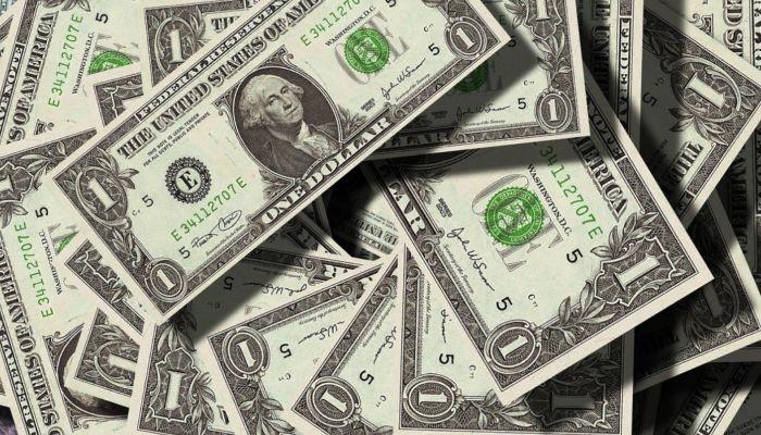 Пяти знакам зодиака посоветовали вложиться в 2021 году в доллары и евро