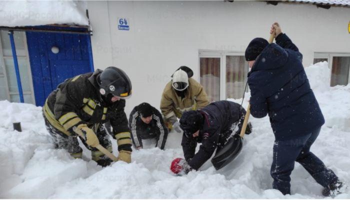 В Алтайском крае спасатели достали мужчину из-под сошедшей с крыши лавины