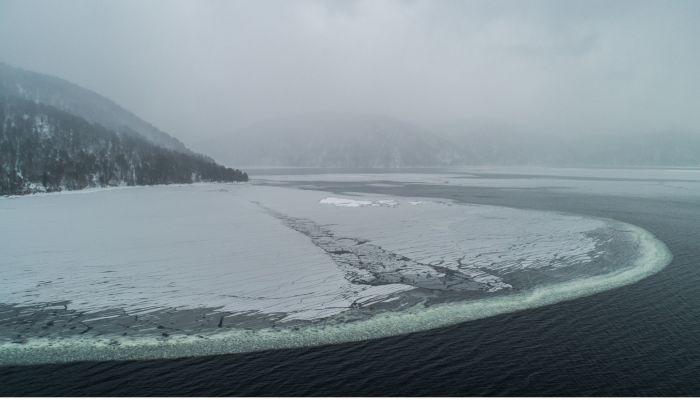На Телецком озере засняли удивительное явление снежное одеяло
