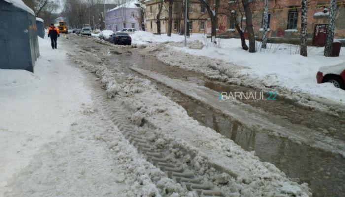 Вода затопила проезжую часть из-за порыва водопровода в Барнауле
