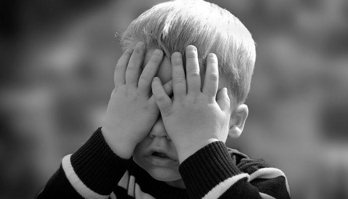 Бросал на пол: жителя Омска задержали за истязание сына и дочери