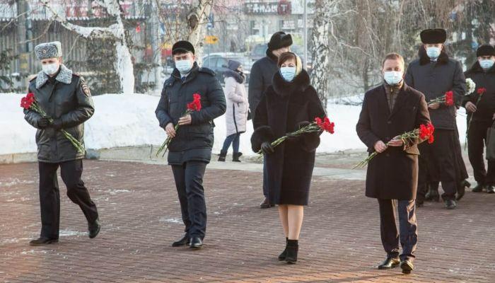 Мэр Барнаула возложил цветы в честь 78-летия Победы в Сталинградской битве