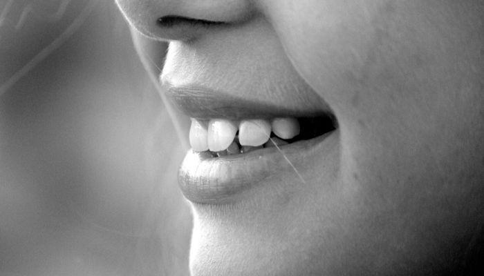 Врач рассказала о болезнях, которые вызывают неприятный запах изо рта