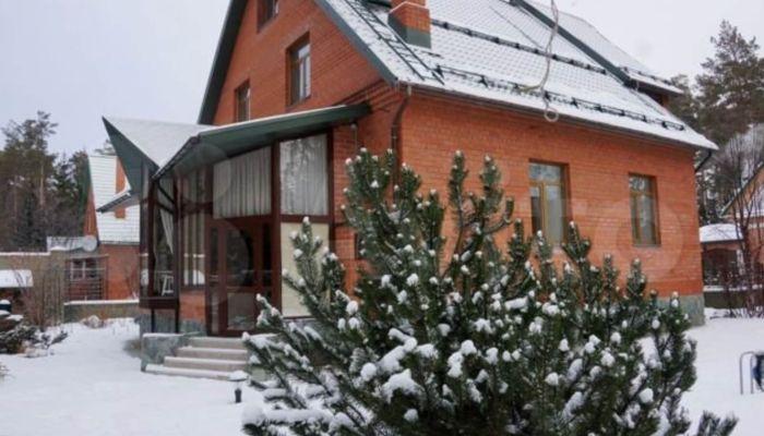 Коттедж с зимним садом и розарием продают в Барнауле за 35 млн рублей