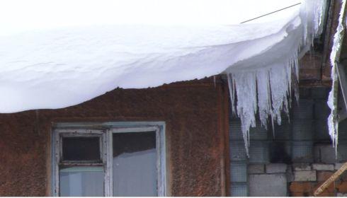 В шаге от трагедии. Кто должен чистить крыши от снега и сосулек