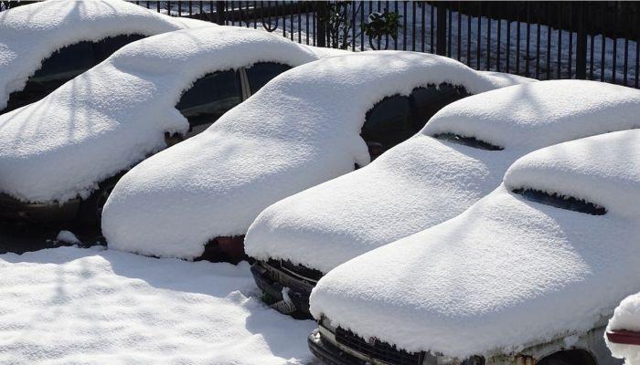 В Новосибирске упавший с крыши дома снег разбил припаркованные автомобили