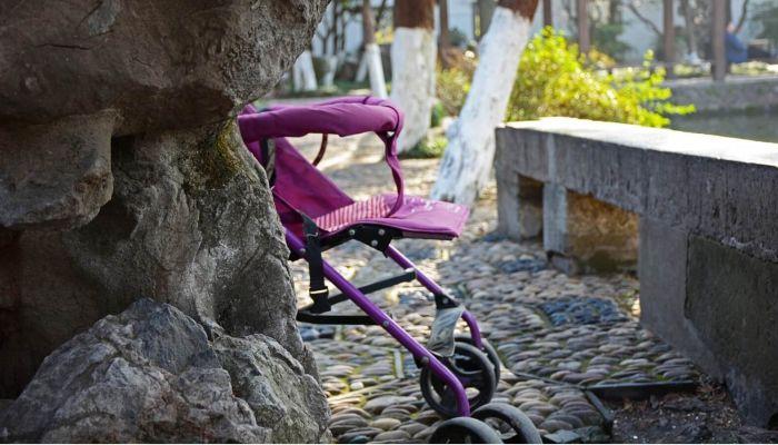 В Воронеже мужчина выпал из окна и задавил ребенка в коляске