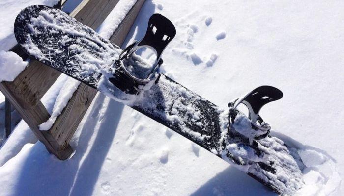 Сноубордист проехал по тротуару в центре Барнаула после снегопада