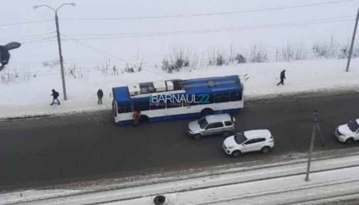 В центре Барнаула у троллейбуса на ходу отпало колесо