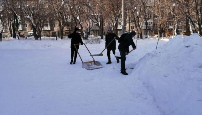 Снежный штурм: в Барнауле на выходных убрали снег возле 40 детсадов