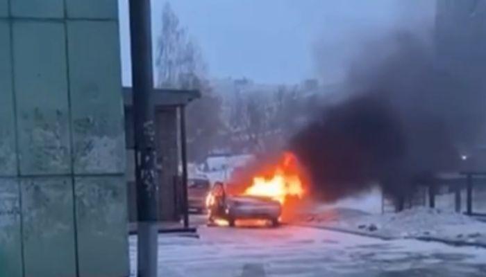 Утро не задалось: автомобиль дотла сгорел возле Норд-Веста в Барнауле
