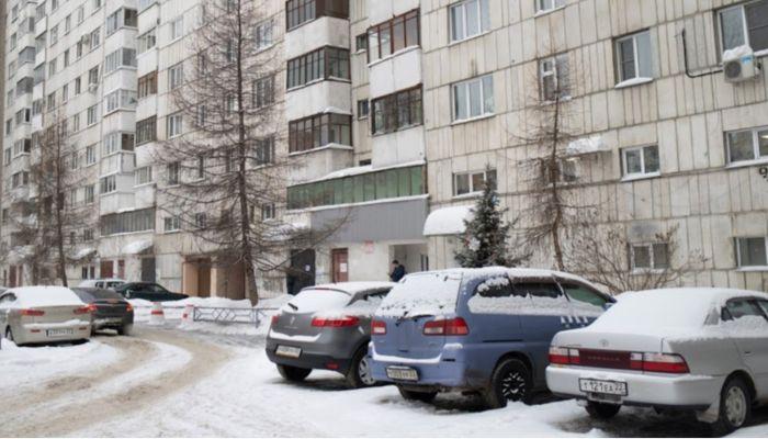 Запрыгнула на капот: жительница Барнаула пожаловалась на парковочные войны